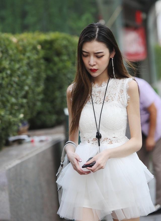 街拍:小脖圈,大耳环,高跟鞋,精致亮眼的美十足吸引眼球了