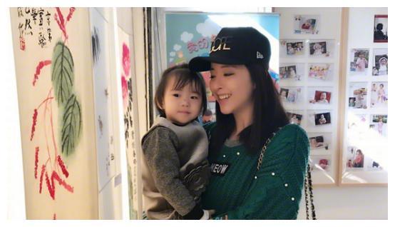 黄小蕾带女儿去看画展,闪宝估计没希望画画书法了因为有多动症