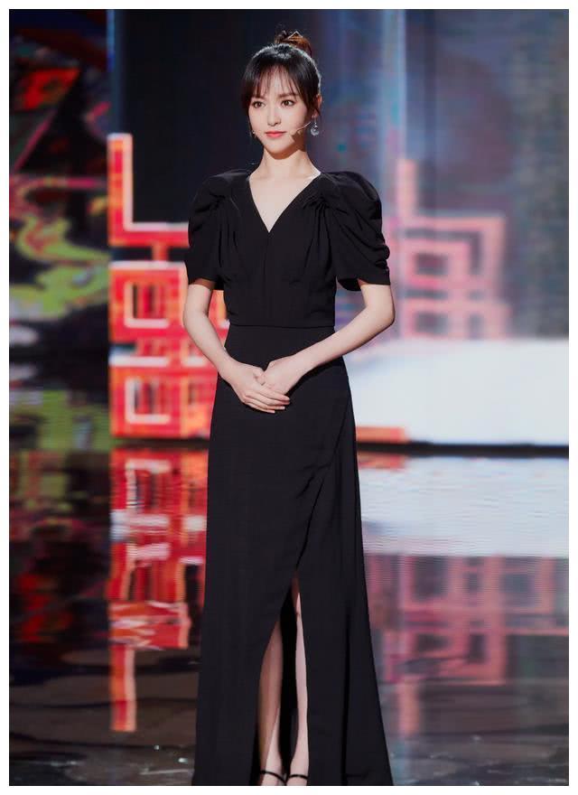 35岁唐嫣火力全开,红黑裙装高贵似精灵,穿上西装气质如女王!