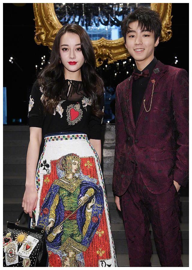 王俊凯和热巴合照却偷踮起脚,结果热巴秒发现动作高情商