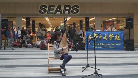 8岁小女孩街头用琵琶独奏《金蛇狂舞》,路人都很惊讶,厉害了!