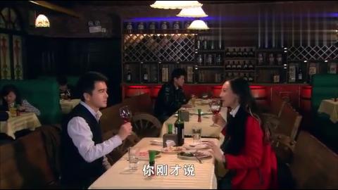 女记者和顾主任约会俩人相约喝起红酒这小氛围真甜蜜
