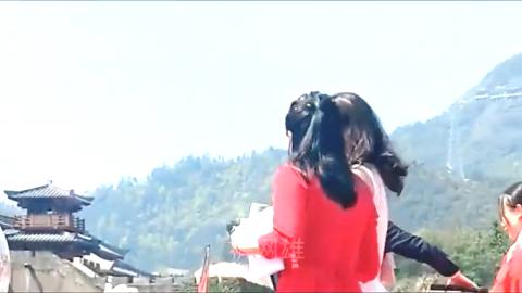 李若彤给粉丝发礼品粉丝不停拿手机拍照太漂亮了