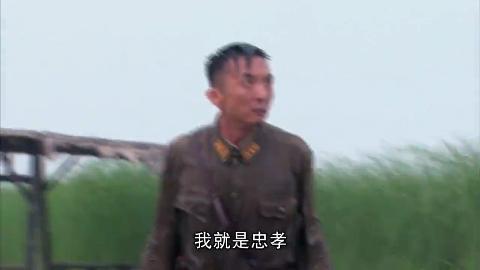 八路军官追捕汉奸,两人在泥池决斗,八路一招飞天脚送他归西