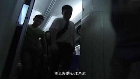 《中国机长》张涵予朱亚文硬汉亮相传奇机长勇救川航眼神超A