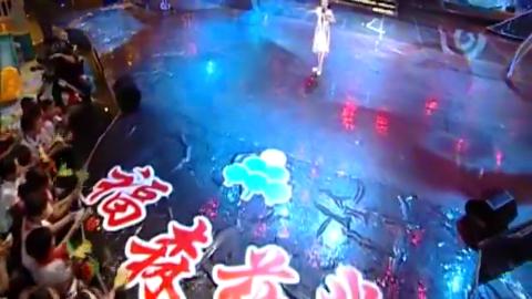 戏曲小明星孔莹上台演绎经典选段《女驸马》,唱腔嘹亮惹人赞