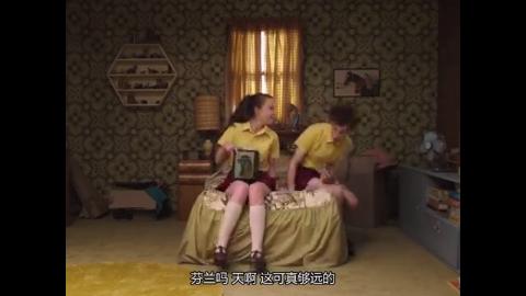 男孩子来到姑娘的房间里,被女孩的小玩意惊的不行