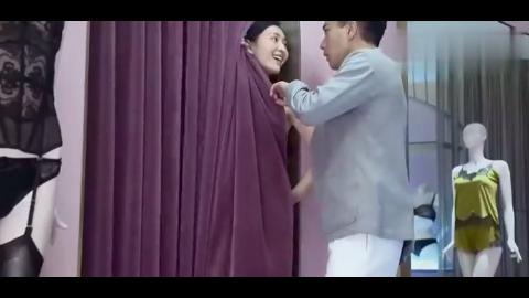 丈夫带媳妇买内衣,不料媳妇在试衣间发现大秘密,丈夫瞬间看呆了