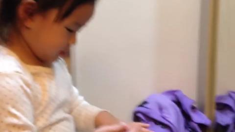 化妆是天性?两岁女宝学妈妈的样子涂保湿霜 又搓又拍有模有样!