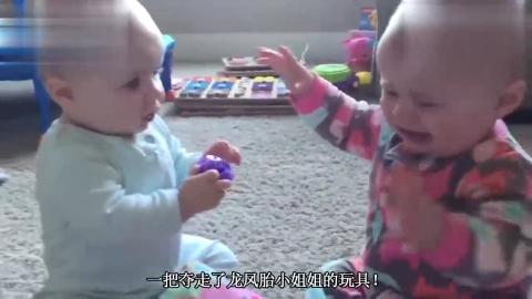 11个月龙凤胎放客厅自己玩耍接下来龙凤胎的动作爸妈哭笑不得