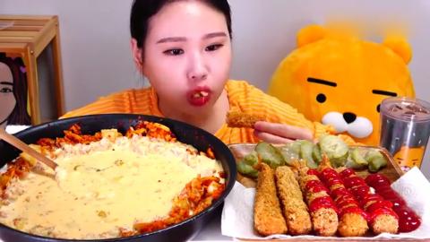 韩国吃货卡妹,吃芝士泡菜炒饭,配上香酥炸虾,吃得津津有味