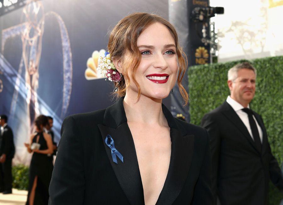 斯嘉丽约翰逊现身2018美国艾美奖红地毯