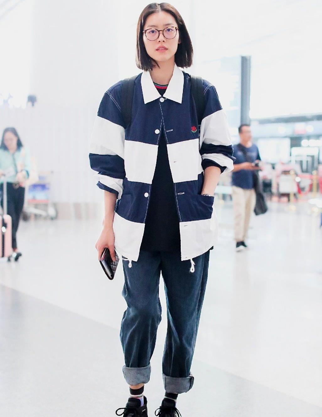 刘雯中性风走机场,再现超模气场,虽无缘国际时装周,却够国模风