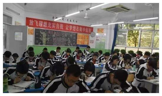 郸城一高凌晨5:30校园照爆出,不输衡水中学,无数人看到泪目