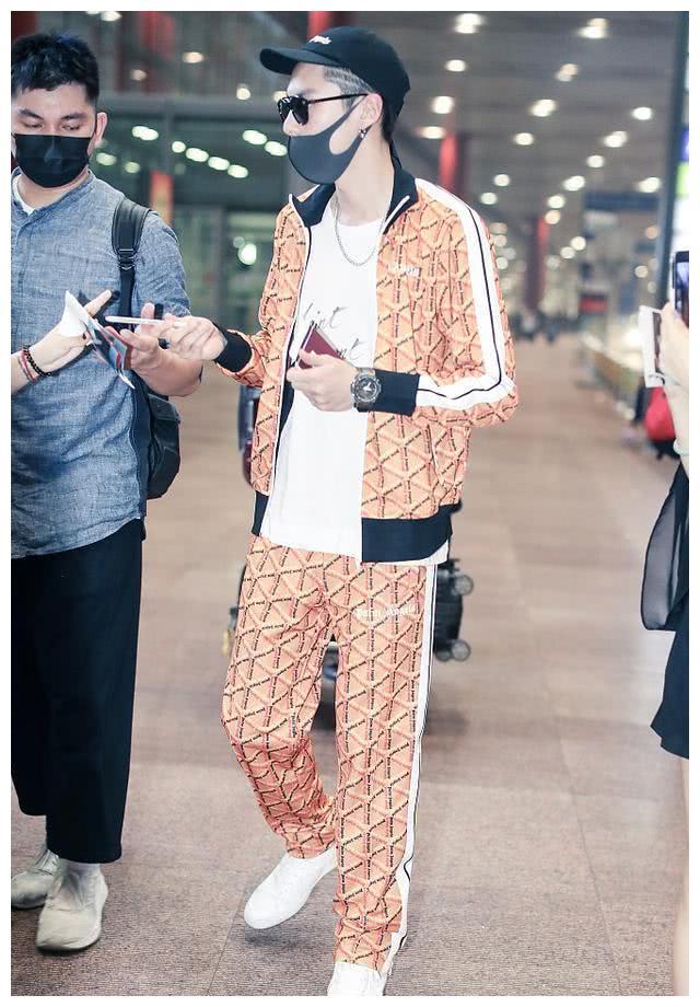 王鹤棣现身机场 地勤小哥竟是老同学 网友:扎心了 老铁