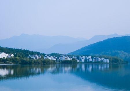 距离宏村3公里,这座水库开发旅游成了度假区