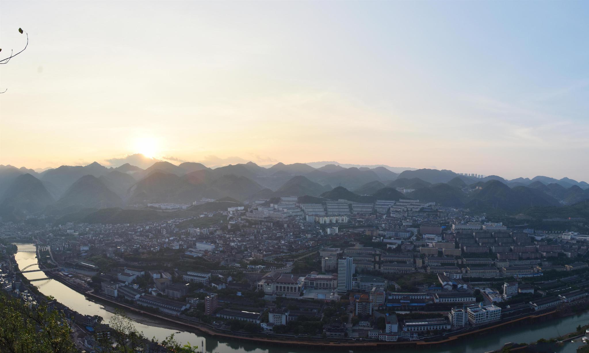 6贵州茅台镇,很多慕名前来游玩的朋友都会带上点酱香酒回家品尝