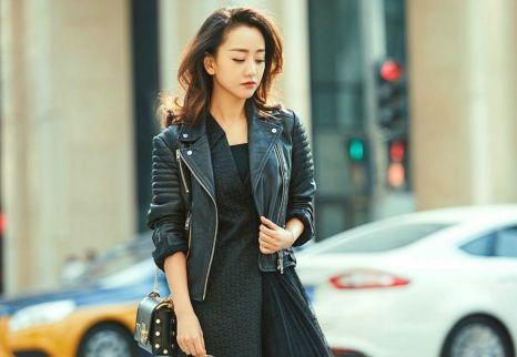 杨蓉身穿黑色皮衣,搭配黑色连衣长裙,帅气的朋克风尽显!