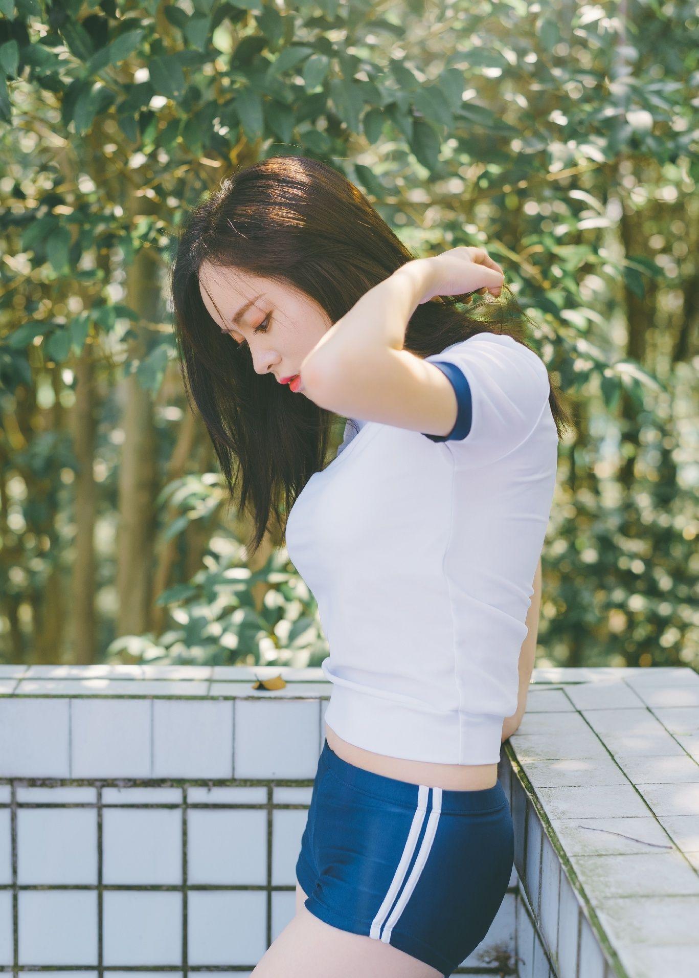 人像摄影:身穿运动短裤的长发女孩
