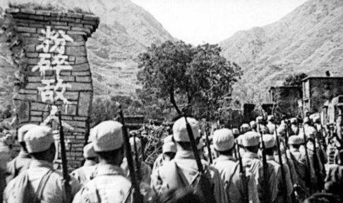 抗战时八路军奔赴前线照,行军队列整齐如阅兵,图4一看就是主力