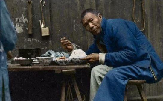 裹小脚的现代人_百年前上色老照片:摊煎饼的小贩,裹小脚抽烟的老妇人