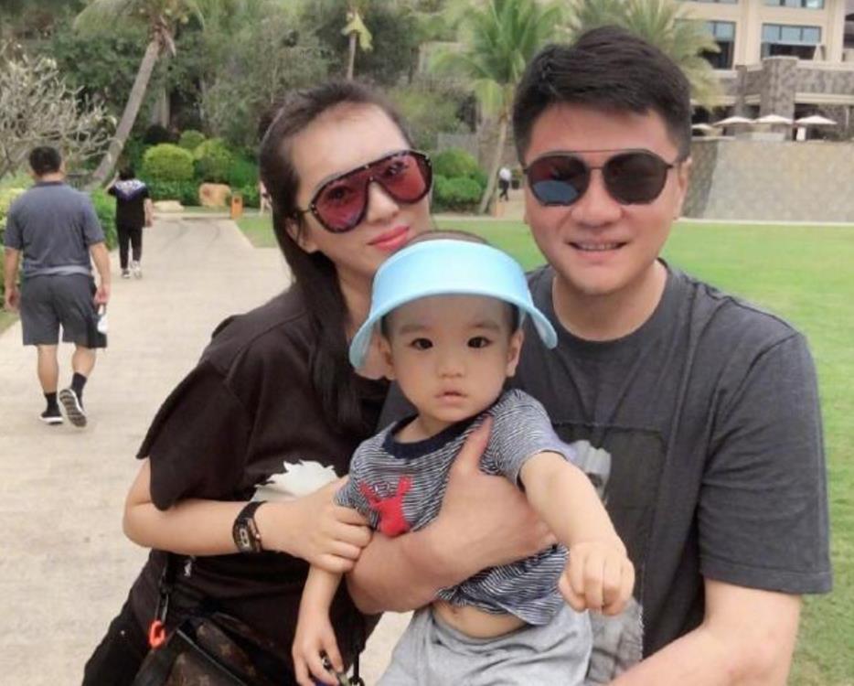 前国脚李金羽发布儿子照片,表示时间过得好快,娇妻貌美如花