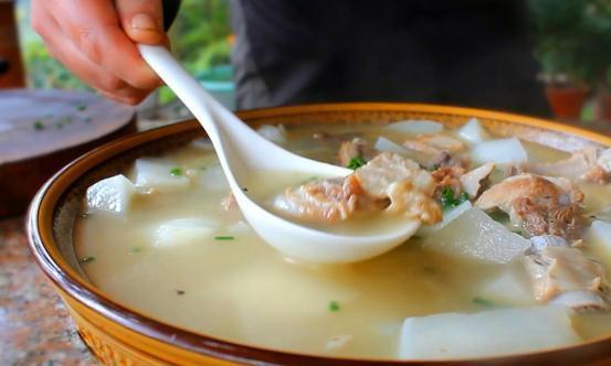 大厨教你排骨萝卜汤的家常做法,滋补又营养,麻辣蘸水才是亮点