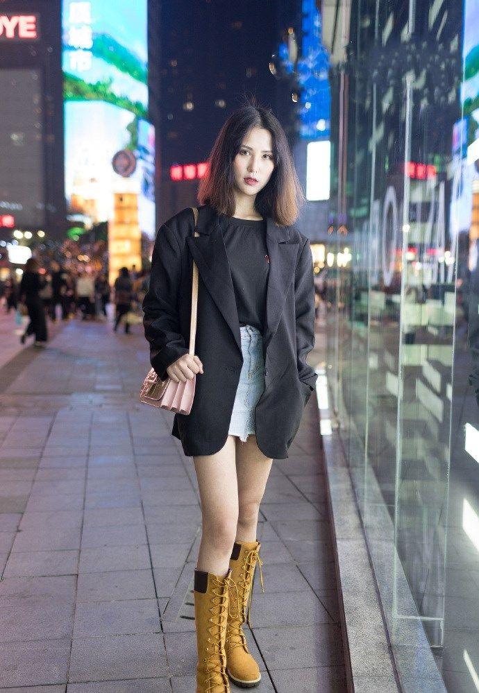 街拍:秋季潮流的时尚穿搭,露着长长的美腿,让你引领潮流前线!