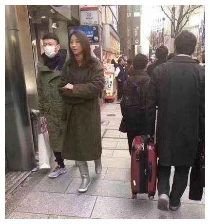 孙红雷和老婆东京逛街,全程负责拎包包!