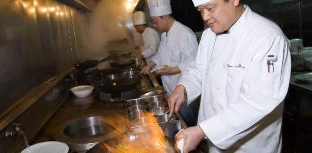 饭店厨师做饭的时候,为啥都把水龙头打开?看看厨师怎么说