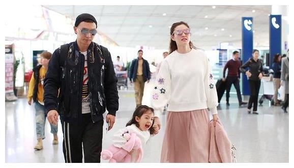 小泡芙一家现身机场,小泡芙与妈妈穿亲子装看着很有爱