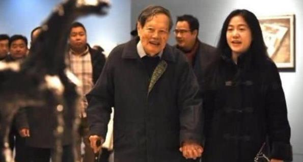 97岁杨振宁带娇妻参加展会,手牵手恩恩爱爱,座驾亮相说明一切