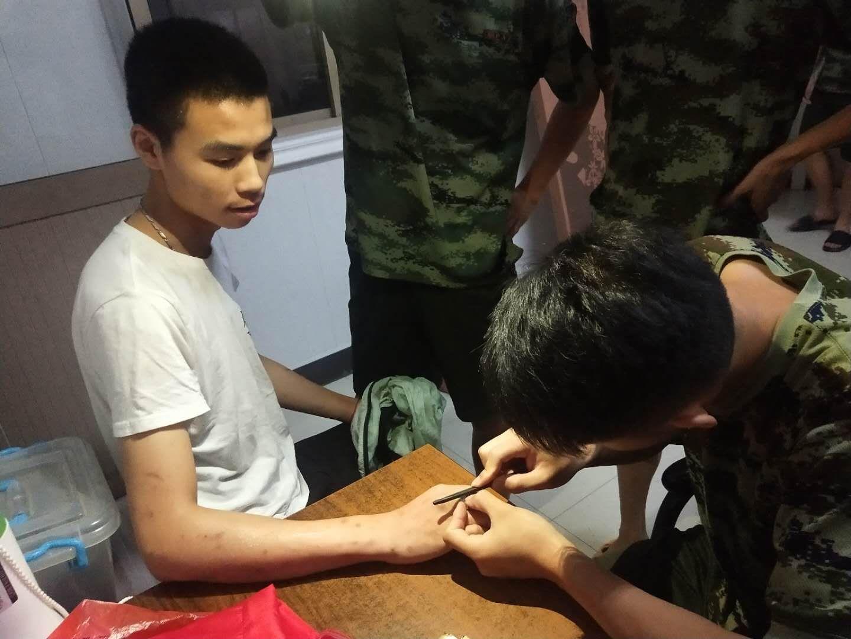 """男子手指被戒指咬 影响血液循环手指红肿 消防队员巧手""""营救"""""""