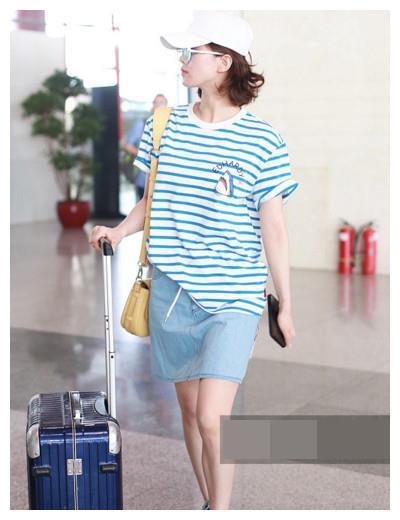 刘诗诗机场偷拍照流出,吴奇隆的眼神成闪光灯,网友大呼:太夸张