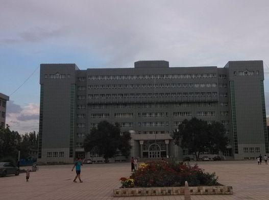 新疆大学校,位于天山区胜利路,校园里有新疆各民族的学生和老师