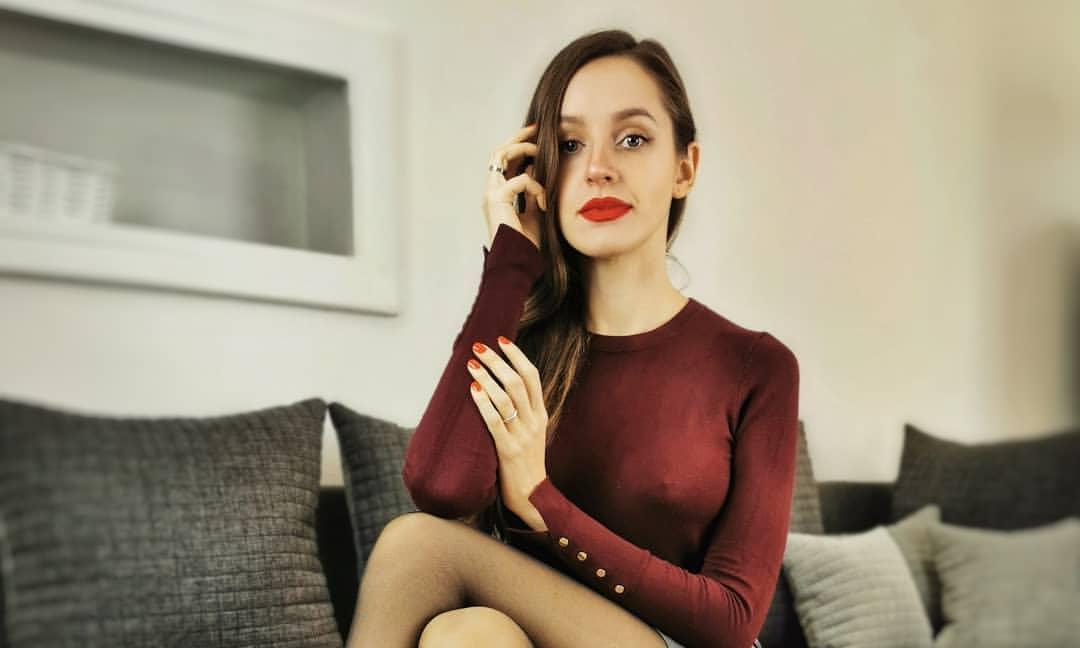 欧美熟女模特性感美腿,黑丝超短裙诱惑十足