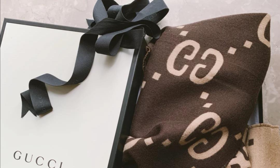 围巾搭不好,看着会显老,中国风印花围巾,美得好高级