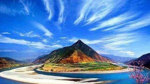 """中国的世界遗产之一三江并流自然景观。""""江水并流而不交汇"""""""