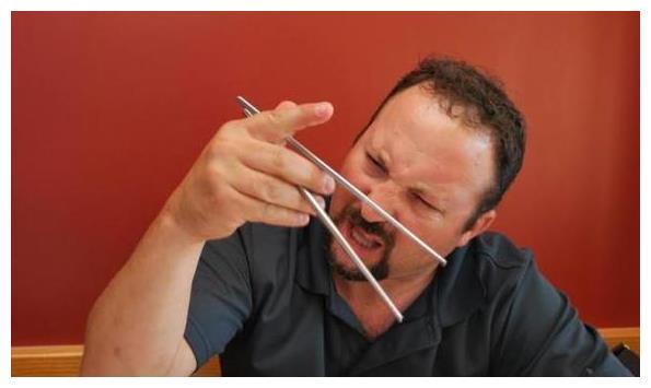 老外觉得这东西用筷子夹不了!最后却被中国小学生打脸