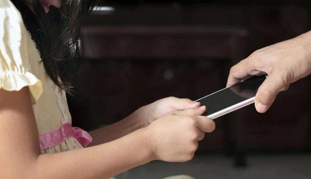 """孩子沉迷手机游戏?粗暴制止不是良策,带着孩子""""玩""""或许更有用"""