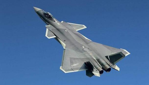 """歼-20利用尾翼、鸭翼等替代""""减速板"""",灵活性得到巨大的提升"""