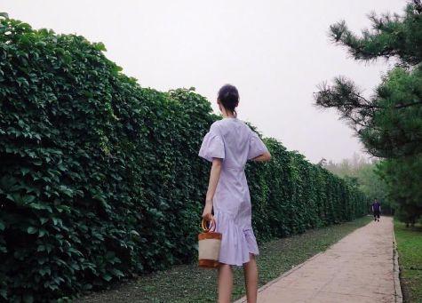 刘雯荷叶边及膝裙身高2米,侧面照却成驼背,脖子歪得好厉害!