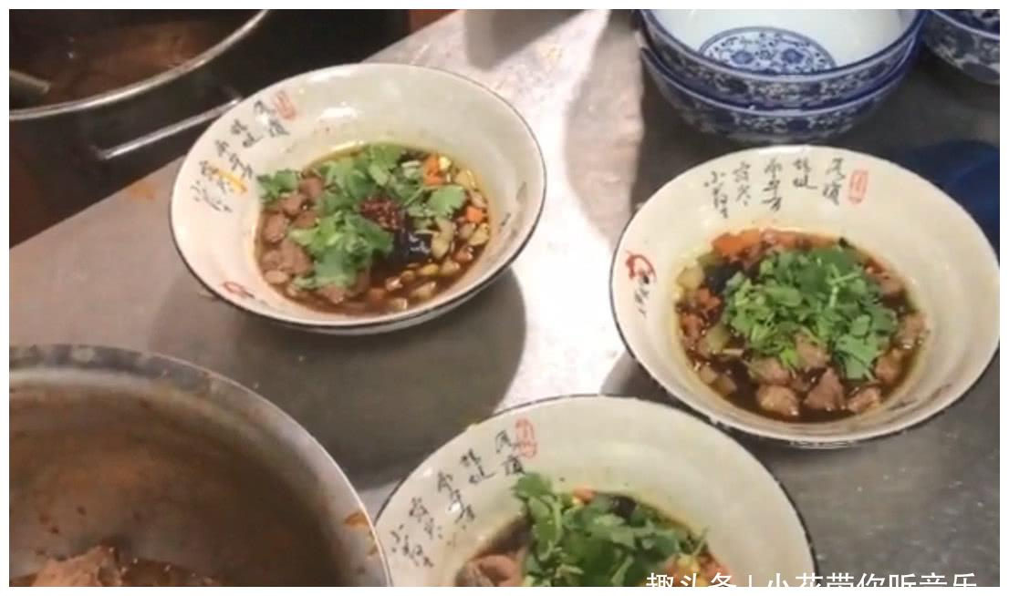 实拍一碗让人愿意站着吃的牛肉面,大块肉都在碗底,陕西人最爱!
