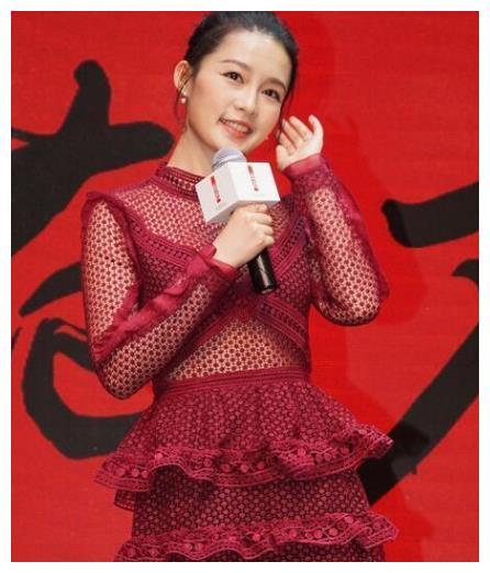 李沁红色镂空短裙出席活动 网友:坐下的那刻我心动了