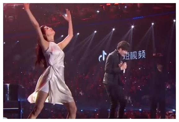 林志玲参加跨年晚会,光脚伴舞是为谁,网友:现在可以图片