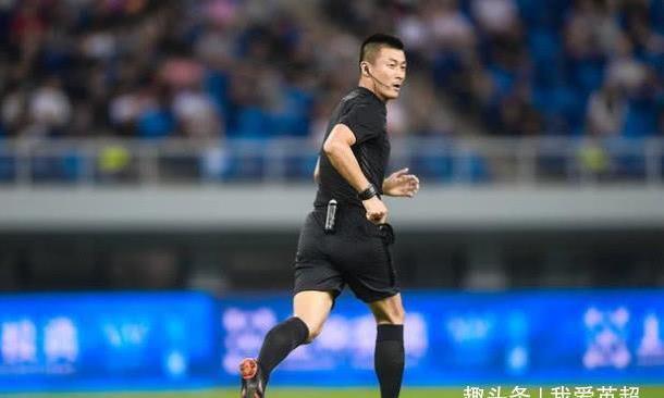 傅明再造争议!中甲门将禁区外手球只给黄牌,看完VAR后仍拒改判