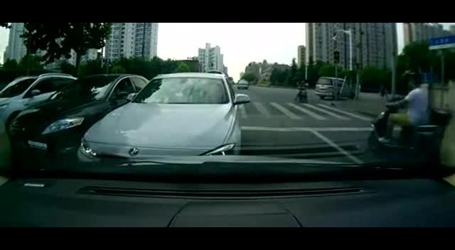 在红绿灯斑马线前的尴尬情况遵守交通规则~~!