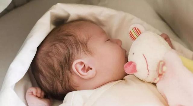 冬天小宝宝睡觉需不需要穿袜子?不穿会着凉生病吗?