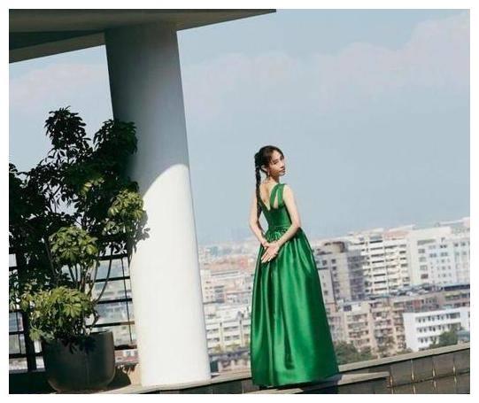 白百何扎辫子在楼顶散步,一袭绿裙显清新,与陈羽凡离婚还戴婚戒