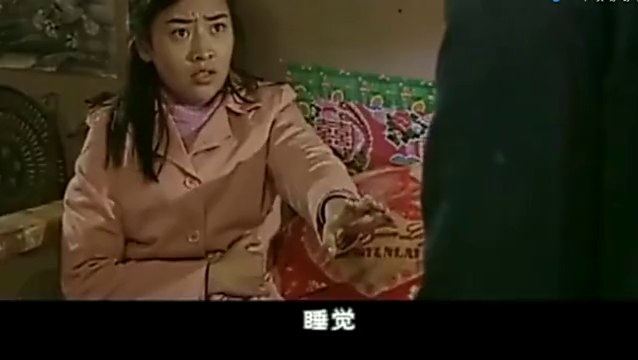 阿霞不让二串碰她,不料惊动了婆婆,婆婆赶紧敲门阻止二串